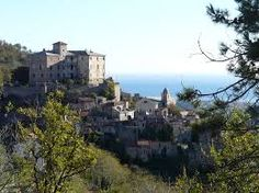 3.  Het dorp van Capricorno; een afgelegen plek dat gebouwd is op een heuvel in Italië. In dit dorp wonen Capricorno en zijn volgers. Hier worden Mo, Meggie, Elinor en Stofvinger gevangen gehouden. Als je door de straten van dit dorpje loopt voel je de angst om je heen. Er zijn nooit mensen buiten behalve de wachttroepen van Capricorno en dat zorgt voor de spanning.