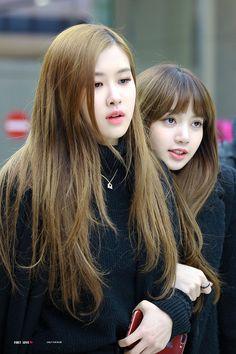 Rose and Lisa//BlackPink Kim Jennie, Jenny Kim, Kpop Girl Groups, Korean Girl Groups, Kpop Girls, Blackpink Lisa, Yg Entertainment, Forever Young, K Pop