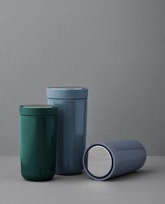 Coffee To Go Becher, Tupperware, Coffee Store, Trash Bins, Dinner Sets, Bottle Design, Drinking, Branding Design, Vacuums