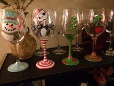 Christmas wine glass ideas Christmas Wine Glasses, Diy Wine Glasses, Decorated Wine Glasses, Painted Wine Glasses, Wine Glass Crafts, Wine Craft, Wine Bottle Crafts, Jar Crafts, Wine Bottles