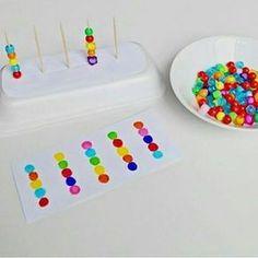 Доброе утро мамочки и папочки ☀️ Новый день-новые открытия) с нашими малышами не заскучаешь Предлагаем вам вот такую простую в исполнении и яркую игру ️ Основа-пенопластовый лоток+зубочистки (бывают с безопасным кончиком)+разноцветные бусины (можно использовать бусинки из термомозайки). Как играть? Для деток помладше -просто нанизываем бусины на зубочистки Ну а если малыш уже знает цвета, можно предложить сортировку по цвету или, как на фото-нанизывать последовательно по заданию)...
