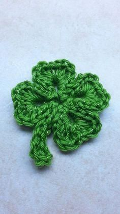 Crochet shamrock st patricks day four 4 leaf clover tutorial diy shamrock Crochet Diy, Crochet Simple, Crochet Video, Irish Crochet, Crochet Motif, Crochet Crafts, Crochet Stitches, Crochet Patterns, Diy Crochet Applique
