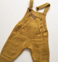 Baby Dungarees Free Knitting Pattern - D - Diy Crafts Girls Knitted Dress, Knit Baby Dress, Knitted Romper, Baby Boy Knitting, Knitting For Kids, Baby Knitting Patterns, Free Knitting, Baby Outfits, Baby Pants Pattern