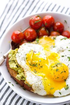 Guacamole Style Avocado Toasts with Fried Eggs #fastfood #healthy