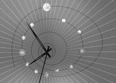 La télé vintage donnait l'heure en noir et blanc avec cette horloge à l'allure design.