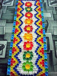 Massage mat caps from plastic bottles. Bottle Top Art, Bottle Top Crafts, Bottle Cap Projects, Diy Bottle, Bottle Caps, Plastic Bottle Tops, Plastic Bottle Crafts, Recycled Art Projects, Recycled Crafts
