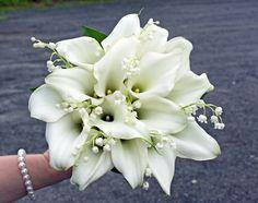 Vita kallor och liljekonvaljer http://holmsundsblommor.blogspot.se/2011/06/vit-brudbukett.html