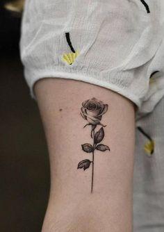 Cute Vintage Single Black Rose Bicep Arm Tattoo Ideas for Women - Acuarela rosa . Cute Vintage Single Black Rose Bicep Arm Tattoo Ideas for Women - Acuarela rosa flor tatuaje ideas para mujeres - ww Black Rose Tattoo For Men, Yellow Rose Tattoos, Rose Tattoos For Men, Tattoos For Women Half Sleeve, Black Tattoos, Body Art Tattoos, Tattoos For Guys, Lila Tattoo, New Rose Tattoo