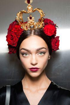 52 Trendy Fashion Week Makeup Looks Dolce & Gabbana Classic Makeup Looks, Moda Xl, Burgundy Lips, Burgundy Colour, Rose Crown, Photo Portrait, Teen Vogue, Unique Hairstyles, Headdress