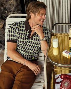 """Brad pitt wearing a Prada Polo in """"Once upon a time in hollywood"""" 70s Fashion Men, Hollywood Fashion, In Hollywood, Quentin Tarantino, Brad And Angelina, Angelina Jolie, Brad Pitt Movies, Brad Pitt Gif, Moda Formal"""