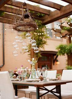 Hochzeitsdeko Tisch - schöne saisonale Blumen