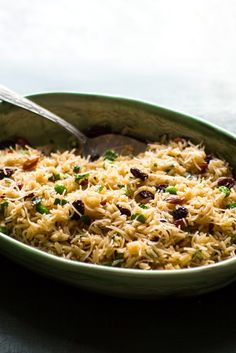 This traditional Armenian rice pilaf has been passed down through the generations of Christine Vartanian Datian& family Peas, parsley and allspice have been added to the original for extra flavor and color. Armenian Recipes, Armenian Food, Paella, Side Dish Recipes, Dinner Recipes, Risotto, Raisin Sec, Vegetarian Thanksgiving, Gourmet