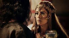 Kalesi (Juliana Silveira), A terra prometida, figurino, coroa e cabelo da rainha