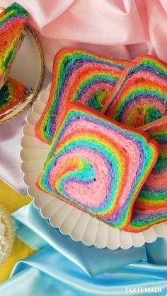 Rainbow Bread, Rainbow Food, Rainbow Jello, Rainbow Desserts, Rainbow Shoes, Cute Desserts, Delicious Desserts, Yummy Food, Bolo Snoopy