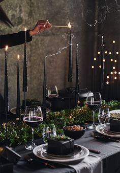 Christmas table setting: dreaming of a… black Christmas. Christmas can also be dramatic . - Christmas table setting: dreaming of a… black Christmas. Christmas can even be dramatically black - Noel Christmas, Modern Christmas, Scandinavian Christmas, Christmas 2019, Simple Christmas, Christmas Night, Minimal Christmas, Natural Christmas, Christmas Table Settings