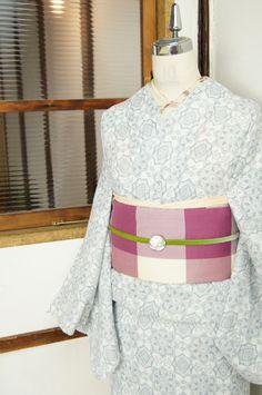 白とネイビーグレーのバイカラーで染め出された、ヨーロッパのビンテージレースのような雪の結晶のような装飾模様が美しい、ドビー織りの単着物です。