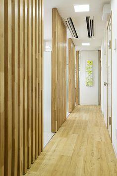 【リフォーム】診療室が並ぶ廊下は、木の温もりが落ち着いた雰囲気を醸します。|歯科医院|【オーナーズレポートをホームページにて掲載中】