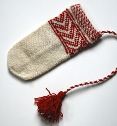 Laura Ricketts Boat's Bow pattern based on a Skolt Sámi mitten at the Vesterheim museum in Decorah, IA Bow Pattern, Mittens Pattern, Knit Mittens, Knitted Gloves, Knitting Videos, Knitting Projects, How To Purl Knit, Knitting Needles, Samara