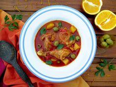Jako fricasé se označují různá dušená jídla, kdy se nejprve opeče maso spolu s nějakou zeleninou a pak se dusí, dokud není propečené. Nejčastěji se připravuje s kuřecím masem, ale najdeme recepty s králíkem nebo třeba s křepelkou. Fricasé de pollo je kuřecí maso, v tomto případě dušené s bramborami a zelenými olivami ve výrazné pomerančové omáčce. Thai Red Curry, Ethnic Recipes, Food, Fine Dining, Essen, Meals, Yemek, Eten