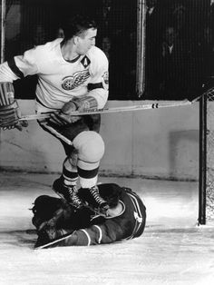 Ted Lindsay (Red Wings) and Jacques Plante (Canadiens) Detroit Hockey, Detroit Sports, Hockey Goalie, Hockey Games, Montreal Canadiens, Detroit Red Wings, Hockey Pictures, Sports Pictures, Ted Lindsay