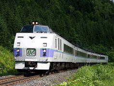 キハ183系  キハ80系の後継車として北海道のディーゼル特急の主役となった.国鉄時代の末期には貫通タイプの500番代車も登場した.現在は塗装変更されたものの,特急「北斗」「オホーツク」「とかち」「サロベツ」「利尻」「まりも」に活躍中.  0番代(オホーツク色)