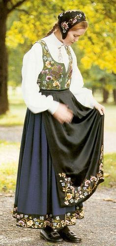 "The original ""Gudbrandsdalen festbunad"" from Gudbrandsdalen, Oppland, Norway Folk Fashion, Ethnic Fashion, Norwegian Clothing, Costumes Around The World, Scandinavian Fashion, Ethnic Dress, Folk Costume, World Cultures, Oslo"