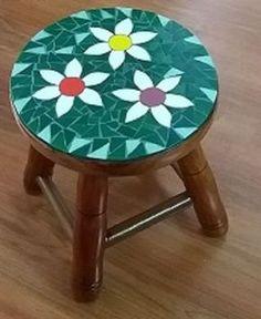 Banquinho em Madeira com mosaico de Flores. As cores e os desenhos podem ser alterados conforme solicitação do cliente (veja: Políticas da loja) NÃO TENHO EM ESTOQUE. SUJEITO A CONFIRMAÇÃO DE DISPONIBILIDADE E VALOR.