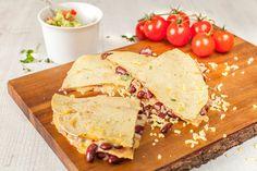 Pár surovin a taková dobrota. Ať už připravíte tortilly s fazolemi jako rychlou večeři nebo pohoštění pro hosty, okamžitě se po nich zapráší!