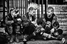 This is an example of punk fashion. Punk styles included black leather, black fishnet stockings, fabric that was purposely messy and torn. Black eye make-up and brightly dyed hair were part of the punk style. Subcultura Punk, Punk Guys, Estilo Punk Rock, Estilo Grunge, Punk Fashion, Grunge Fashion, Rebel Fashion, Punk Subculture, Moda Punk