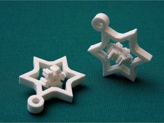 The overhang cylindrical pivots of the smallest gyroscopic showflake by roman_hegglin tends to stick to their caves during printing, so I redesigned c Christmas Crackers, Party Bags, Homemade Christmas, Small Gifts, Stocking Stuffers, 3d Printer, Snowflakes, Holiday, Prints