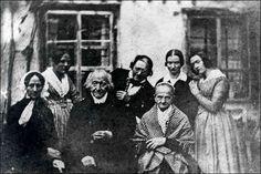 Algunas de nuestra familia, como la primera dama, Pepa Benoir, y Selme Frare que se dedicaban a la pintura. Al medio el ex alcalde desde 1781 de Lion Manel Benoir. : Lión (Francia), 1839.