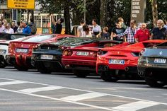 Buongiorno #Milano Siamo indecisi su quale prendere stamattina... va bè prendiamo quello giallo che si vede in fondo...il migliore! Foto di Angelo Scuteri #milanodavedere Milano da Vedere