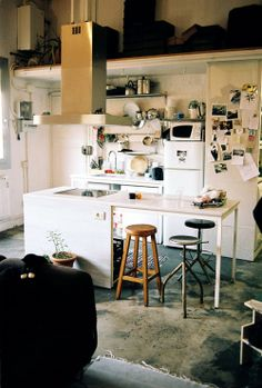 petite cuisine - for my someday vacation studio Small Apartment Kitchen, Small Apartment Decorating, Apartment Design, Apartment Ideas, Grunge Decor, Kitchen Corner, Kitchen Small, Open Kitchen, Small House Interior Design