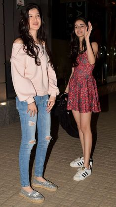 Shanaya Kapoor was wearing a pink off-shoulder top and ripped blue jeans, while Ananya Panday was wearing a short red floral dress with white boots Celebrity Casual Outfits, Everyday Casual Outfits, Casual Fall Outfits, Outfits For Teens, Celebrity Style, Indian Bridal Fashion, Pakistani Bridal Wear, Girls Fashion Clothes, Girl Fashion