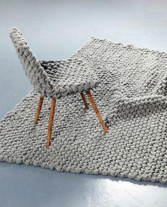 Très originale décoration avec chaise et tapis en maille assortis