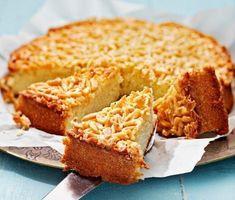 Toscakaka är en god och enkel kaka att baka. Som en sockerkaka toppad med mandelglasyr. Grädda kakan i ugnen och rör ihop glasyren av smör, socker, mjöl, mjölk och mandeln i en kastrull under tiden. Toscakakan är en given succé på alla kalas – lika oemotståndlig som lätt att baka.
