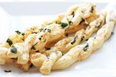 Parmesan-Basilikum-Stangen ***** sehr lecker auch mit Bärlauchsalz, Mohn und Sesam bestreut. Gibts bei uns zu Vorspeisen oder Suppen.