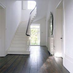 Witte trap op houten vloerdelen: sfeervol.