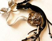porte-clés/bijou de sac FELICITE noir-agenté/poisson/noeud couture/perles : Autres bijoux par fil-de-boheme
