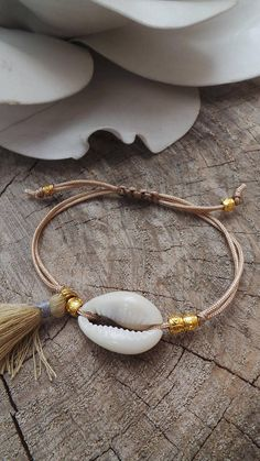 Newest Totally Free Macrame bracelets with shells Ideas Cowrie shell bracelet. Seashell Jewelry, Beach Jewelry, Boho Jewelry, Jewelery, Jewelry Accessories, Handmade Jewelry, Women Jewelry, Leather Jewelry, Jewelry Rings
