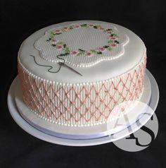 Dois bordados em um só bolo: casinha-de-abelha e ponto-de-cruz. Tudo em açúcar, feito no bico de confeitar.  Porque amamos bolos que exigem técnica e paciência!