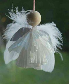 ange en moules en papier et plumes