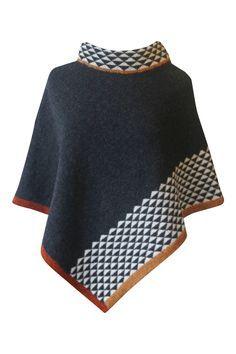 Strikkeopskrift poncho, model Carla. Skøn poncho der er strikket i ét stykke. Mønsterborten forneden strikkes rundt og klippes op. Strikkes i Supersoft, Tvinni