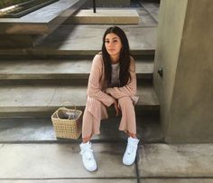 Perfect clothes if you're a girl with more tennis than heels Jean Outfits, Casual Outfits, Divas, Camila Morrone, Animal Print Shirts, Garance, Pajama Outfits, Simple Shirts, Simple Style