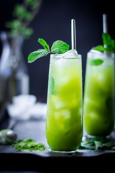 Matcha Mint Juleps – The Bojon Gourmet. Or matcha infused vodka, lime, mint syrup, lemongrass soda. Spring Cocktails, Summer Drinks, Cocktail Drinks, Fun Drinks, Healthy Drinks, Cocktail Recipes, Beverages, Vodka Cocktails, Drinks Alcohol