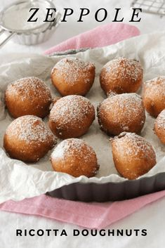 Zeppole are Italian ricotta doughnuts. They're crunchy on the outside and soft in the middle. Zeppole are Italian ricotta doughnuts. They're crunchy on the outside and soft in the middle. Italian Donuts, Italian Bakery, Italian Pastries, Italian Foods, Italian Kitchens, Donut Recipes, Brunch Recipes, Sweet Recipes, Cooking Recipes