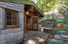 Una cochera transformada en cabaña diminuta guarda secretos increíbles