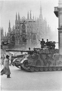 """An der Front in Italien, September 1943 in Milano Panzer der Leibstandarte """"Adolf Hitler"""" besetzen nach Bekanntwerden des Waffenstillstandsvertrages der Badoglio-Regierung mit den Westmächten am 8.9. die Stadt Mailand."""