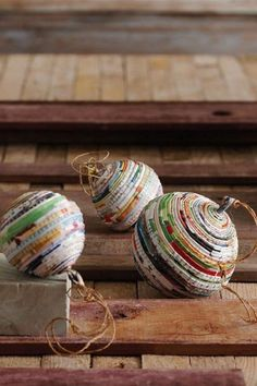 13 Creative Upcycled Magazine Craft Projects That Will Inspire You 13 kreative Upcycled Magazine Bastelprojekte, die Sie begeistern werden Recycled Magazine Crafts, Recycled Magazines, Old Magazines, Upcycled Crafts, Recycled Paper Crafts, Wooden Crafts, Ball Ornaments, Diy Christmas Ornaments, Handmade Christmas