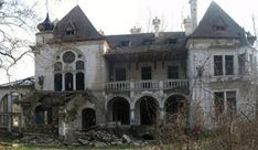 NS Info: Špicerov dvorac u Beočinu dobija privremeni krov -. Abandoned Mansion For Sale, Abandoned Mansions, Abandoned Buildings, Old Buildings, Abandoned Places, Creepy Old Houses, Haunted Houses, Photo Post Mortem, Home Design Decor